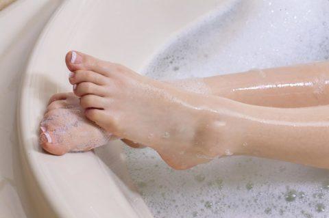 09_Foot_Surprising-Benefits-of-Epsom-Salt-Baths_675366847_Dan-Kosmayer-760x506